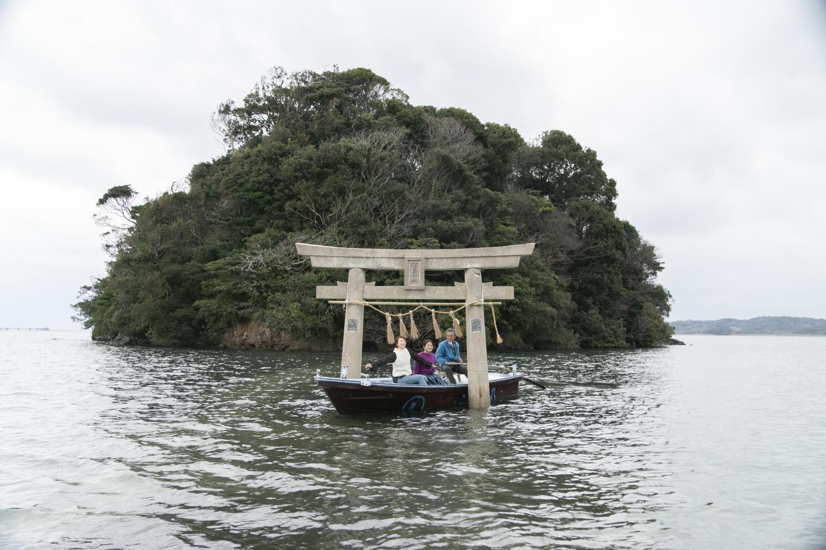 満潮時は「小島伝馬船」に乗って鳥居をくぐろう!-1