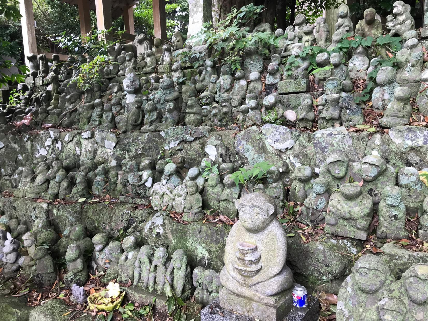 300体以上の石猿が参拝者を迎える「男嶽(おんだけ)神社」-4