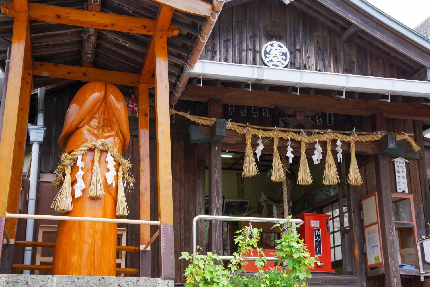 巨大なシンボルが目をひく和合の神様「塞神社」-2