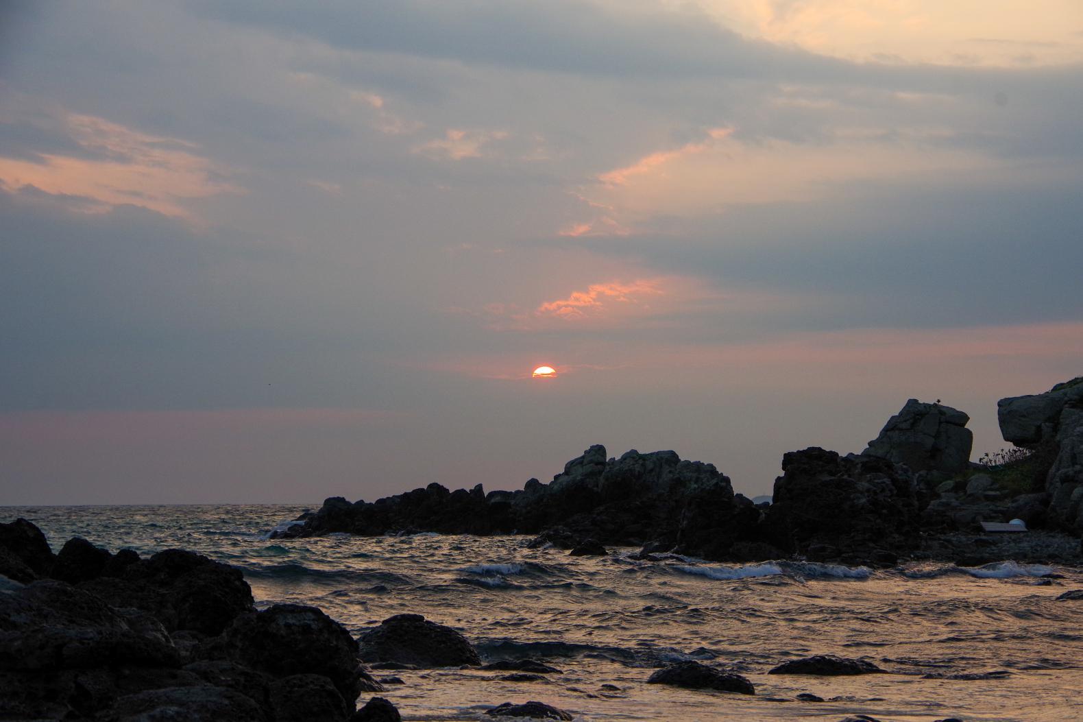 神々しい輝きに感動!!「乙島の浜」から望む朝日-2