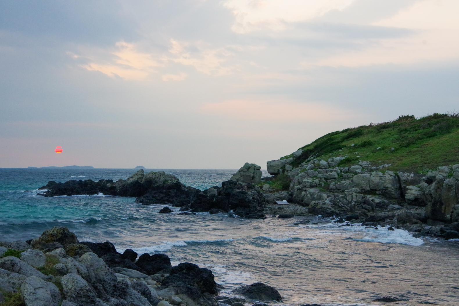 神々しい輝きに感動!!「乙島の浜」から望む朝日-1