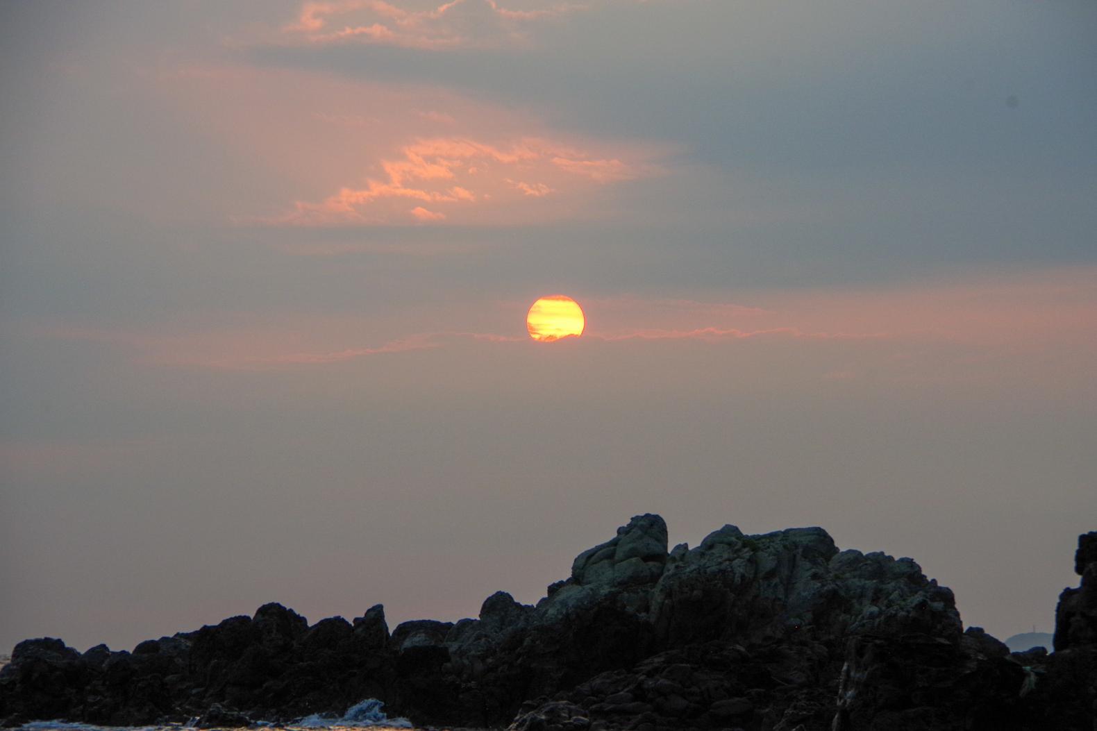 神々しい輝きに感動!!「乙島の浜」から望む朝日-3