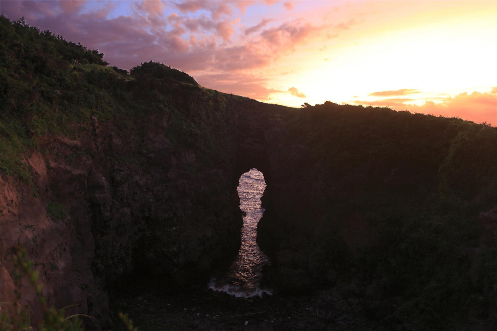 「鬼の足跡」に沈む夕日は、まるで天地創造のワンシーン-0