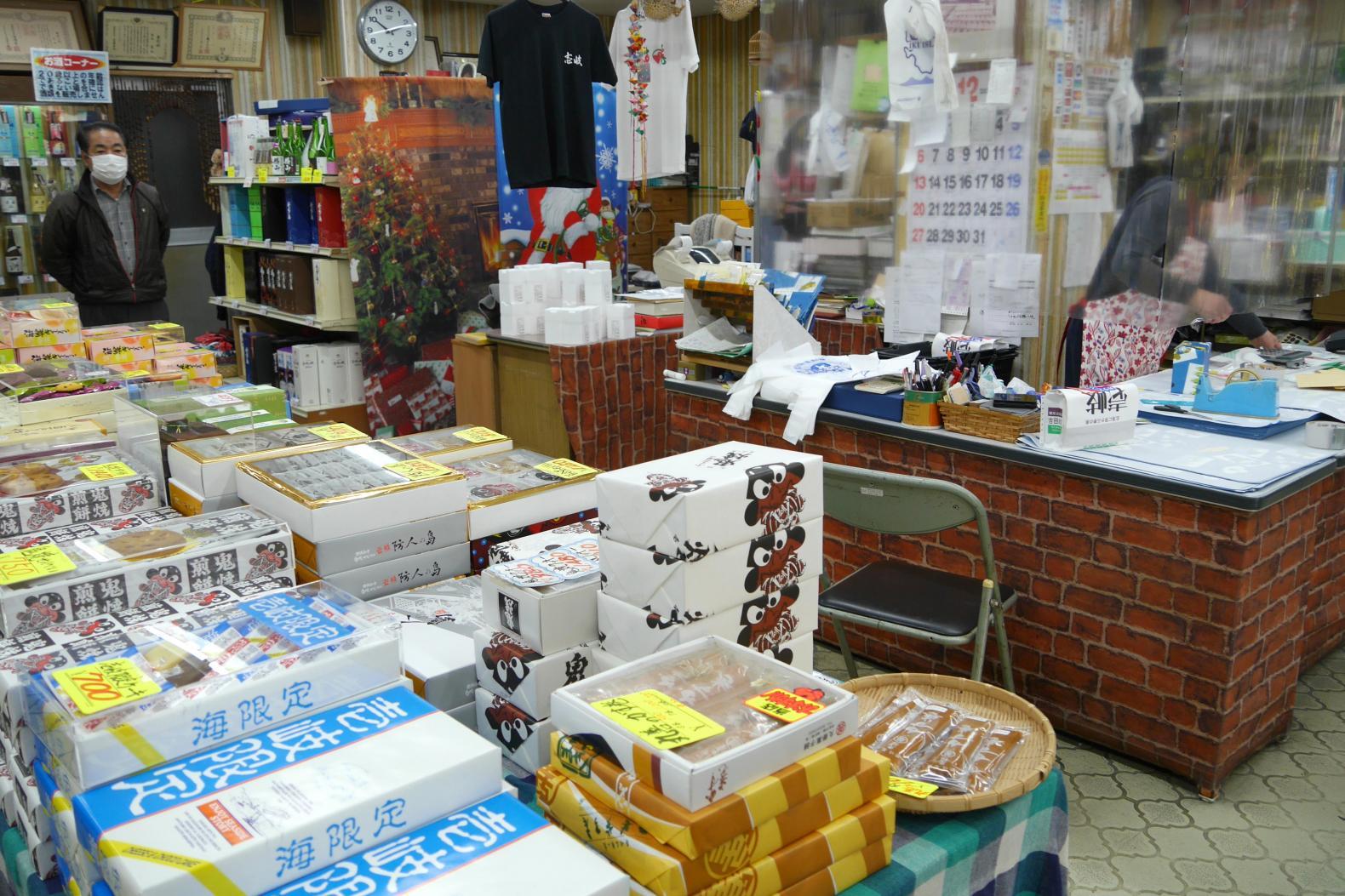 名物ご主人がいる吉田商店は、多彩な品揃えが魅力!-2