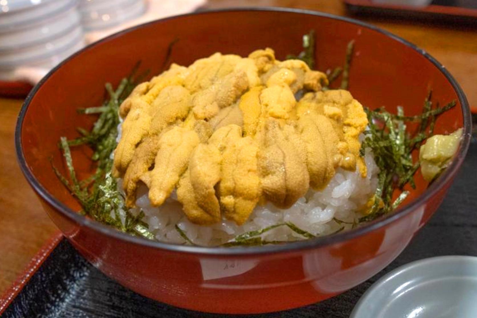 新鮮なウニやサザエを使った地元料理-1