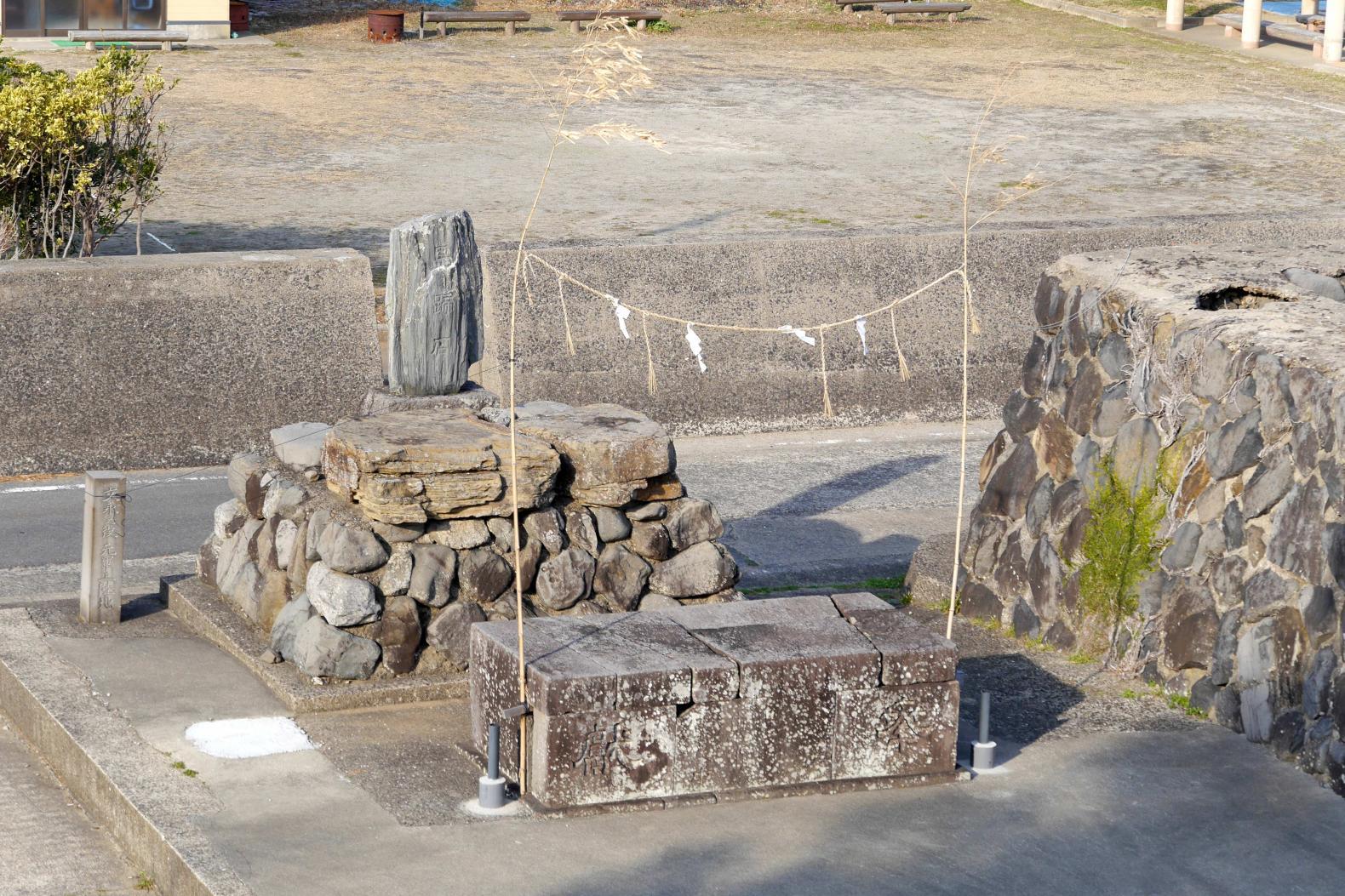 神功皇后の馬蹄石(ばていいし)-0